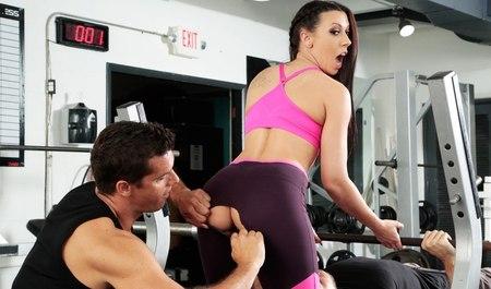 Бабенка худеет от секса с качком в спортивном зале...