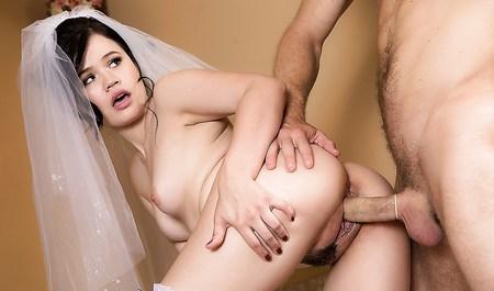 Красивая невеста занимается сексом без обязательств перед св...