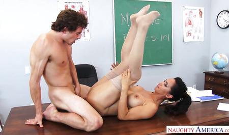 Кудрявый паренек удовлетворяет грудастую преподавательницу к...