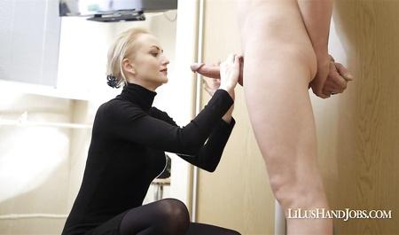 Молоденькая секретарша делает минет шефу