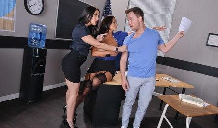 Подсмотрел за лесбиянками в офисе и получил групповой секс...