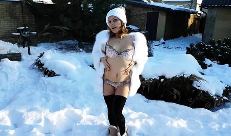 Муженек трахает горячую молодую жену за городом на снегу...