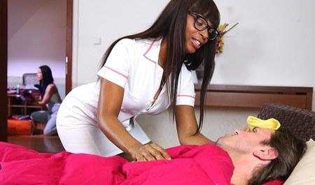 Больной мужичок поправляет здоровье бурным сексом с горячей ...