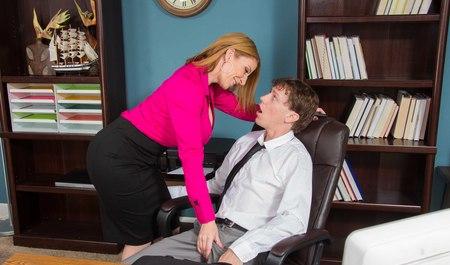 Молодой человек вставляет член женщине по самые яйца в офисе...