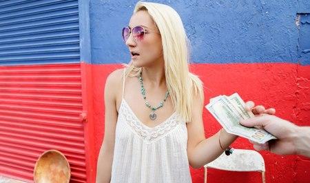 Молодой паренек за деньги дерет стройную блондинку в тупике...