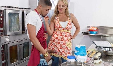 Грудастая матюрка готовит обед с парнем, который трахает ее ...