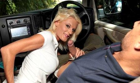 Водила занимается сексом с белокурой милфой в машине на свеж...