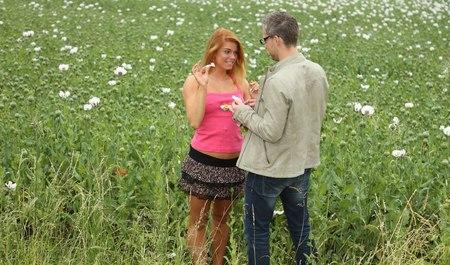 Симпатичная деваха с парнем после макового поля сношается на...