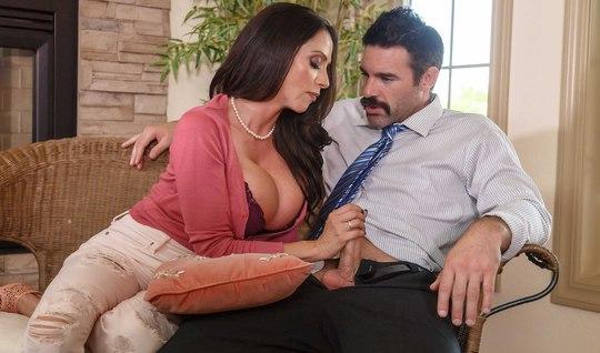 Влюбленная грудастая милфа разводит мужичка на жесткий секс ...