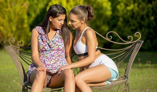 Любовницы занимаются лесбийским сексом на дикой природе...