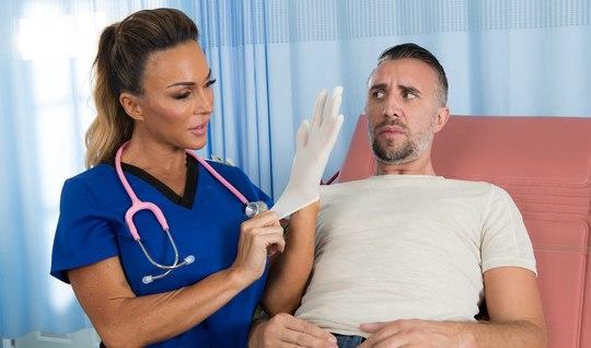 Больной мужик пришел на прием в больницу и получил минет с к...