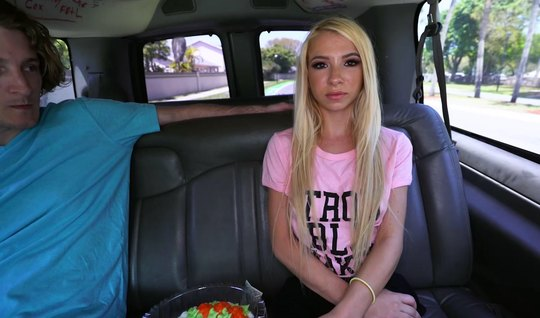 Парень зазвал телку блондинку в машину и там соблазнил на се...