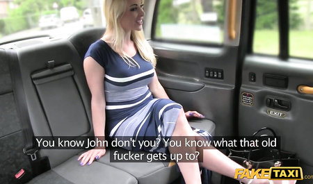 Водитель такси дрючит молодую блондинку в рот и жопу...