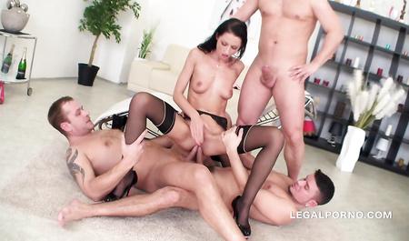 Женщина-тренер слегка расслабляется в групповом сексе с моло...