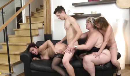 Молодой человек шарахает трех зрелых теток в групповом сексе...