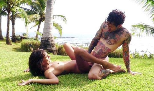 Татуированый парень с подружкой трахается на дикой природе н...