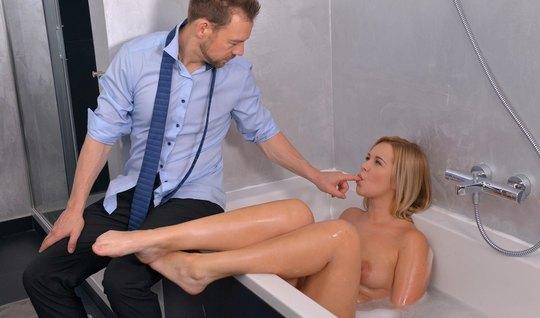 Разрешил девчонке искупаться в ванне и отодрал для приличия ...