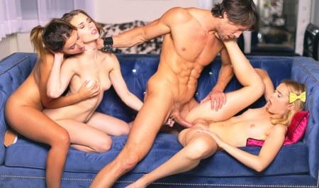 Молоденькие студентки занимаются групповым сексом с преподав...